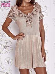 Beżowa dzianinowa sukienka z żabotem i ażurowymi rękawami