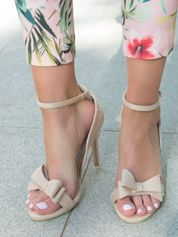Beżowe zamszowe sandały na szpilach z ozdobną kokardką z przodu