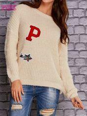 Beżowy włochaty sweter z naszywkami