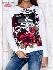 Biała bluza z motywem kwiatowym i napisem