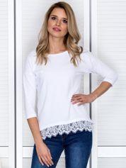 Biała bluzka z koronkowym wykończeniem