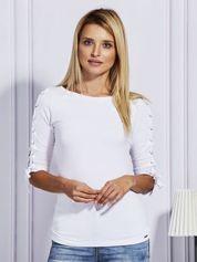 Biała bluzka ze sznurowaniem na rękawach