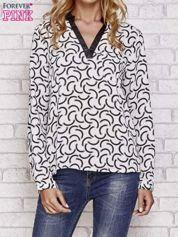 Biała koszula w geometryczne wzory