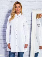Biała koszula z haftem na rękawie