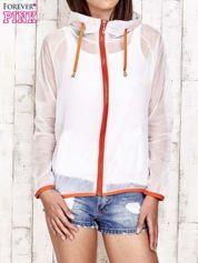 Biała kurtka wiatrówka z pomarańczowym suwakiem