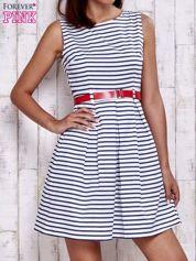 Biała sukienka w marynarskim stylu z paskiem