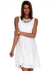 Biała sukienka z koronki z perełkami