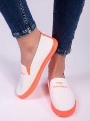 Białe slip-ony z neopomarańczową podeszwą i napisem z przodu