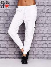 Białe spodnie dresowe z zasuwaną kieszonką