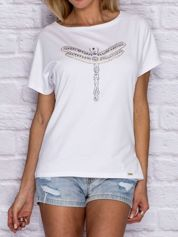 Biały t-shirt z biżuteryjną ważką