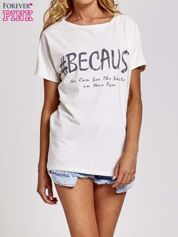 Biały t-shirt z hashtagiem #BECAUS