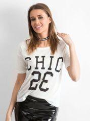 Biały t-shirt z napisem CHIC 23