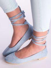 Błękitne sznurowane baleriny wokół kostki, na płaskim obcasie