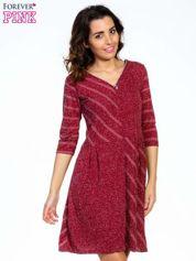 Bordowa melanżowa sukienka z motywem pasków