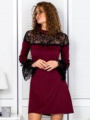 Bordowa sukienka z koronkowymi rękawami