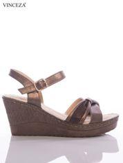 Brązowe sandały na koturnach Vinceza z metalicznym efektem i brokatowym paskami na przodzie