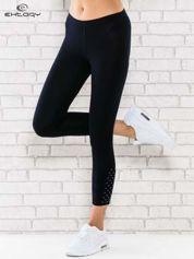 Ciemnogranatowe legginsy sportowe z aplikacją z dżetów na nogawkach
