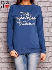 Ciemnoniebieska bluza z napisem CODZIENNIE BUDZĘ SIĘ PIĘKNIEJSZA