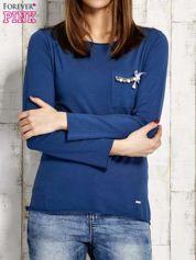 Ciemnoniebieska bluzka z biżuteryjną przypinką