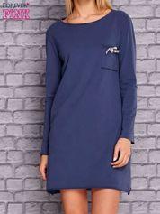 Ciemnoniebieska sukienka z ozdobną przypinką