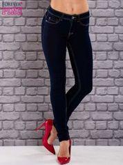 Ciemnoniebieskie dopasowane spodnie jeansowe