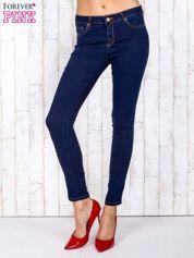 Ciemnoniebieskie jeansowe spodnie skinny z kontrastowymi szwami