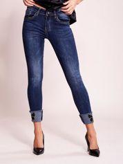 Ciemnoniebieskie jeansy slim z aplikacją