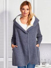 Ciemnoszara kurtka ze swetrowymi rękawami