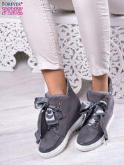 Ciemnoszare zamszowe sneakersy z koturnem i atłasową wstążką