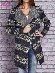 Ciemnoszary dzianinowy sweter z kolorowymi wzorami