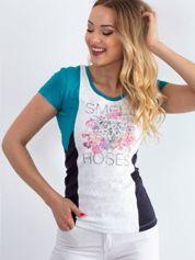 Ciemnoturkusowy t-shirt z napisem