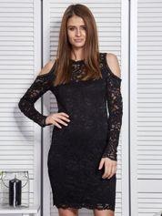 Czarna koronkowa sukienka z odkrytymi ramionami