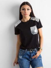 Czarna koszulka z cekinową kieszenią