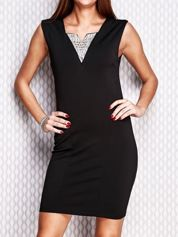 Czarna ołówkowa sukienka z błyszczącą wstawką przy dekolcie