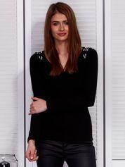 Czarna prążkowana bluzka z perełkami
