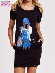 Czarna sukienka dresowa cut out shoulder z nadrukiem dziewczyny