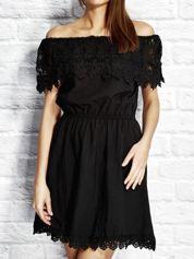 Czarna sukienka dzienna z szeroką koronkową falbaną