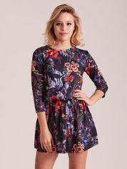 Czarna sukienka w kolorowy kwiatowy deseń