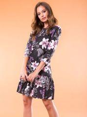 Czarna sukienka w kwiatowy wzór