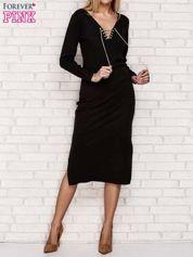 Czarna sukienka w prążek z dekoltem lace up