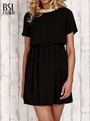Czarna sukienka z naszyjnikiem z pereł