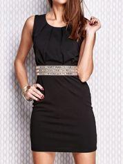 Czarna sukienka z ozdobnym pasem