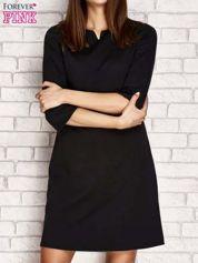 Czarna sukienka z trójkątnym wycięciem przy dekolcie