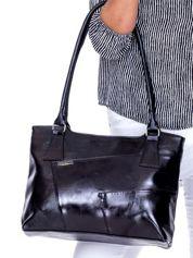 Czarna torebka damska na ramię z przeszyciami