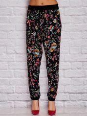 Czarne materiałowe spodnie w kwiaty