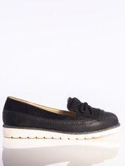 Czarne skórzane lordsy z zamszową wstawką z przodu buta i ozdobną kokardką, na białej podeszwie