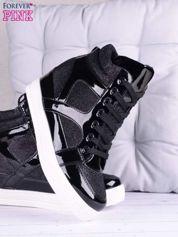 Czarne sneakersy z błyszczącego materiału i lakierowanymi wstawkami