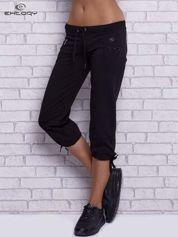 Czarne spodnie capri z boczną kieszonką i dżetami