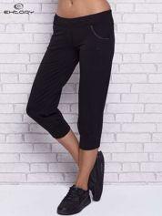 Czarne spodnie capri z ozdobnymi dżetami