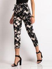 Czarne spodnie materiałowe w kwiaty